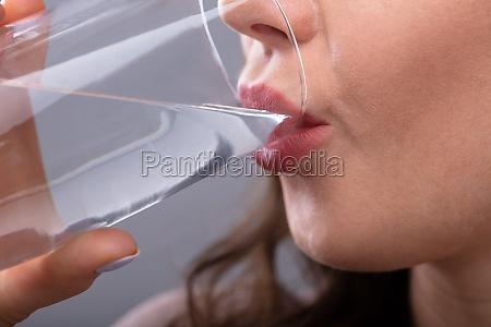 kobieta woda pitna