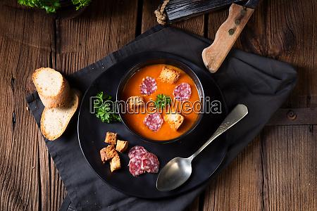 wegierska paprika kremowa z pikantna kielbasa