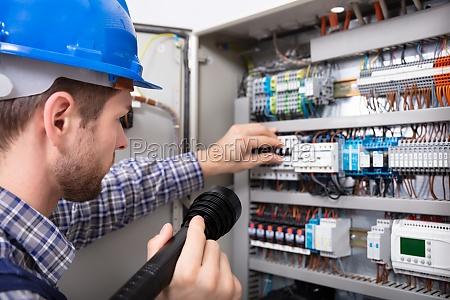 elektryk badanie skrzynka bezpiecznikowa