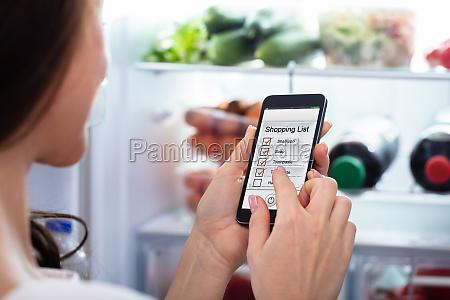 kobieta oznakowanie lista zakupow na telefon