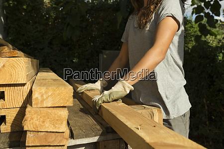 craftswoman noszenie rekawic ochronnych pracujacych z
