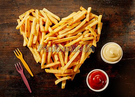serwowanie frytek w ksztalcie serca z