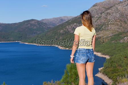 dziewczyna korzystajacych z jeziora