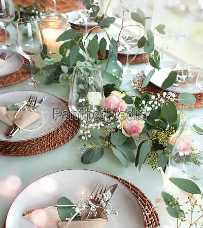 Swiateczny zdobiony stol weselny