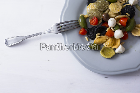 orecchiette srodziemnomorska z pomidorami oliwkami mozzarella