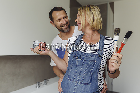 happy pregnant couple about to paint
