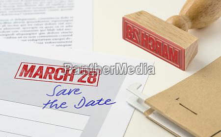 czerwona pieczec na dokumencie 28 marca
