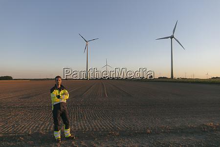 inzynier stojacy na polu na farmie