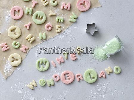 napis winter wonderland wyciety z kolorowego