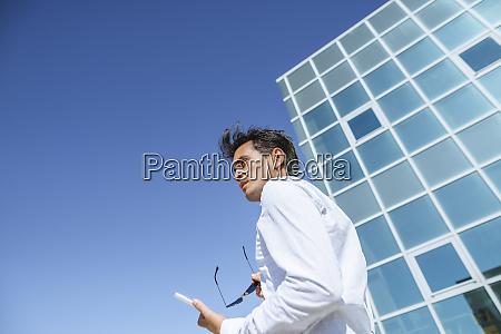 biznesmen z tabletem i okularami przeciwslonecznymi
