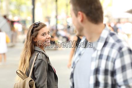 obcy dziewczyna i facet flirty na