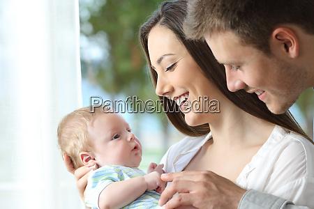 dumni rodzice bawia sie swoim dzieckiem