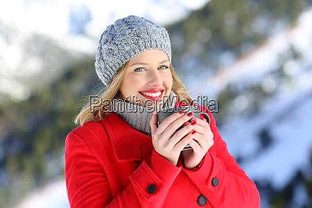 szczesliwa kobieta pozowanie w gorach zima