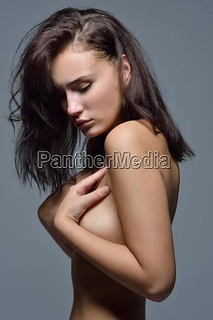 portret tulowia nagiej kobiety z brazowymi