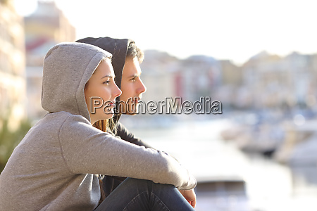 para nastolatkow kontemplujacych horyzont w miasteczku