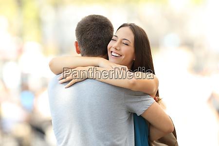szczesliwy sympatia przytulanie jej partner po