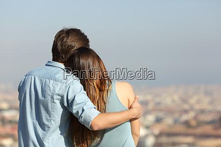 szczesliwa para randki kontemplujac miasto