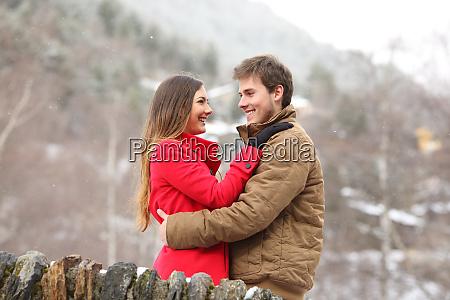 szczesliwa para przytulanie w zimie wakacje