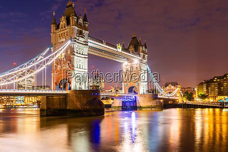 london tower bridge z budynkiem downtown