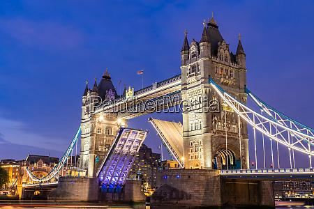 podnoszenie mostu londynskiego tower bridge