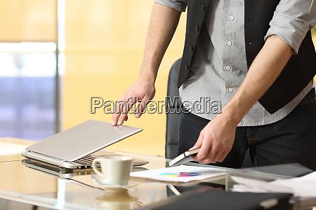 biznesmen odchodzi z pracy w biurze