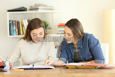 2 uczniowie ucza sie razem w