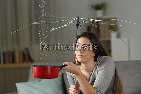 kobieta cierpiaca na przecieki wody z