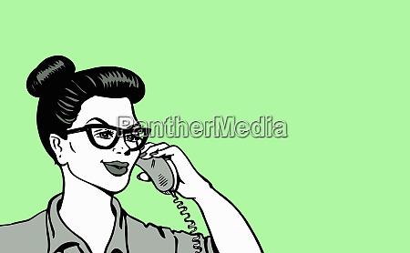 wesola kobieta rozmawia na telefon stacjonarny