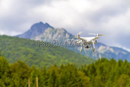 bialy dron latajacy nad gorami
