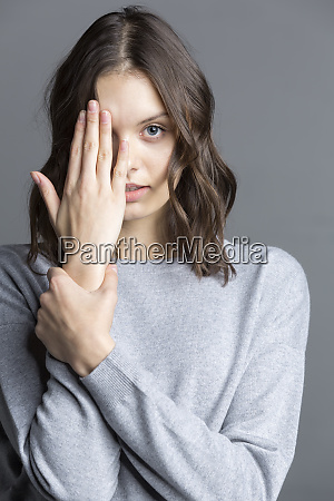 portret brunetka mloda kobieta zasloniete jej