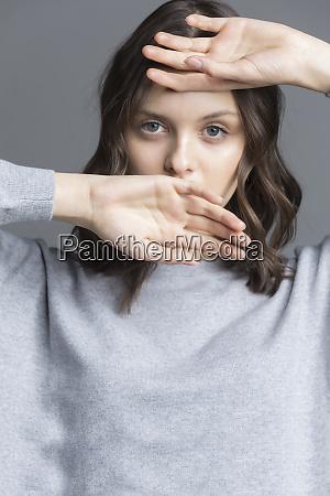 portret brunetka mloda kobieta rece na