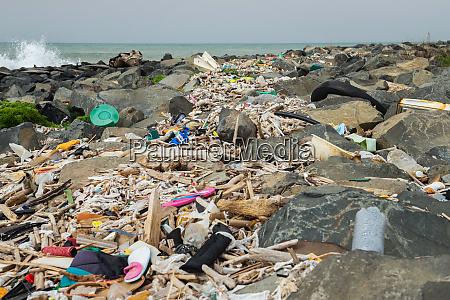 rozlane smieci na plazy w poblizu