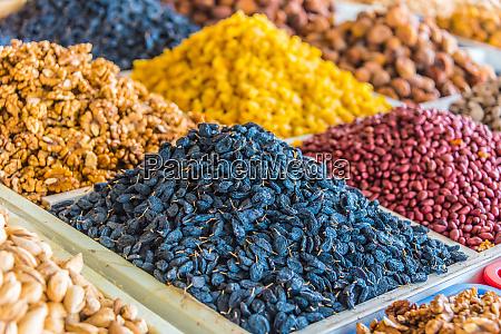 suszone produkty spozywcze sprzedawane na bazarze