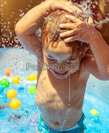 wesoly chlopiec w basenie