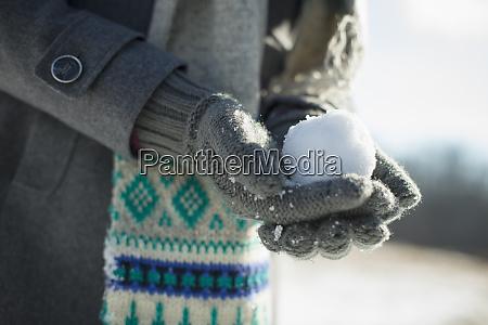 mloda kobieta trzymajaca mala sniezke w