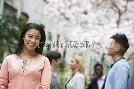 Zycie miasta na wiosne mlodzi ludzie