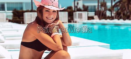 Ladna dziewczyna cieszac sie luksusowymi letnimi
