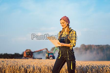 rolnik kobieta z schowka na polu