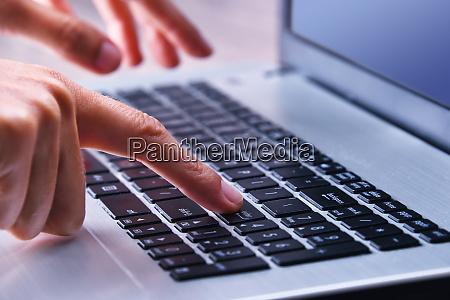pisanie rak na klawiaturze komputera przenosnego