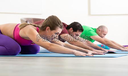 ludzie uprawiaja joge w klasie