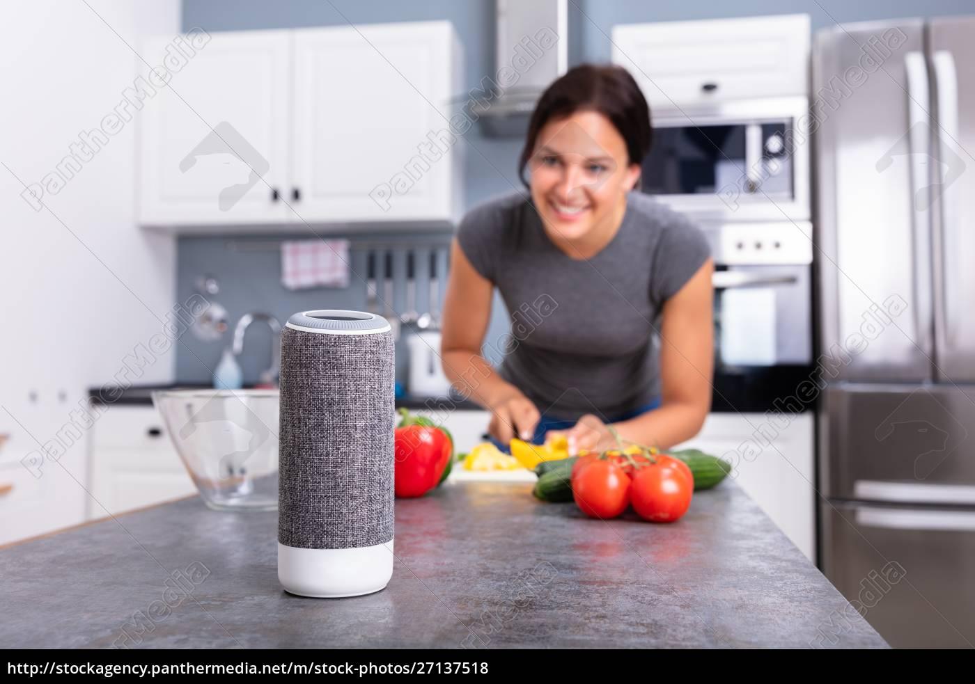 kobieta, słuchamuzyki, na, bezprzewodowygłośnik - 27137518