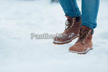 meskie buty zimowe na sniegu brazowe
