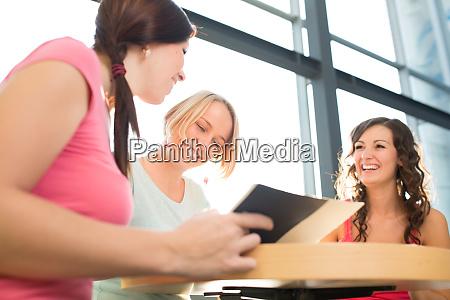 grupa studentow studiujacych ciezko na egzamin