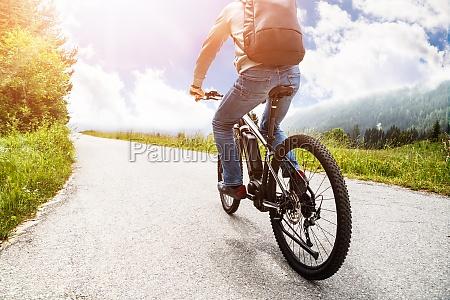 czlowiek jazda elektryczny rower gorski