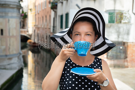 mloda kobieta picie kawy w wenecji