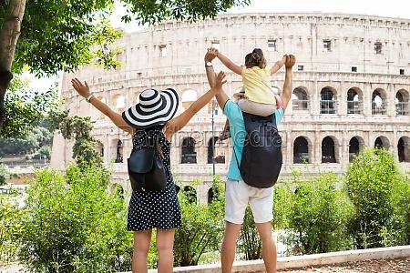 mloda rodzina stoi przed koloseum