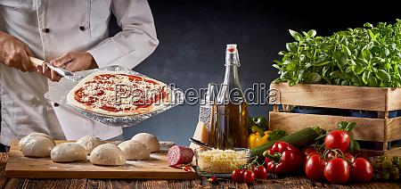 szef kuchni w restauracji ktora serwuje