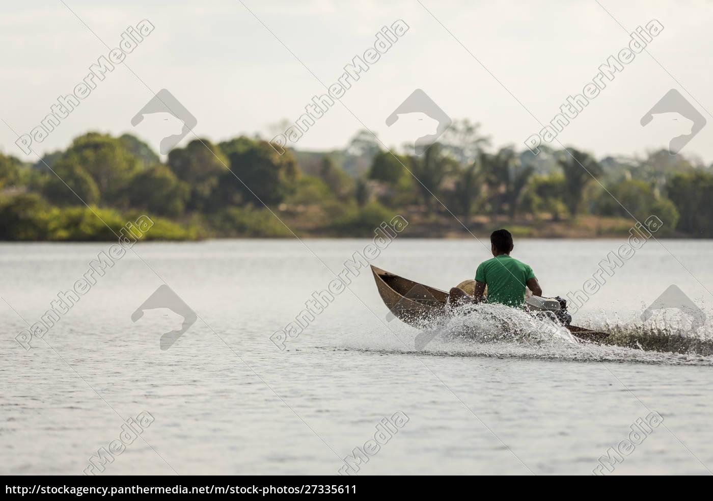 człowiek, w, drewnianym, zmotoryzowanym, kajaku, prędkości - 27335611