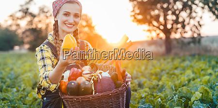 rolnik kobieta sprzedazy kolorowych i zdrowych