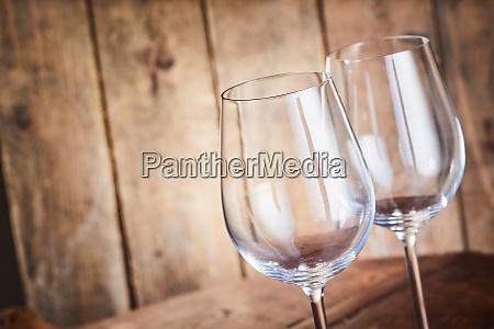 dwa eleganckie kieliszki do wina z
